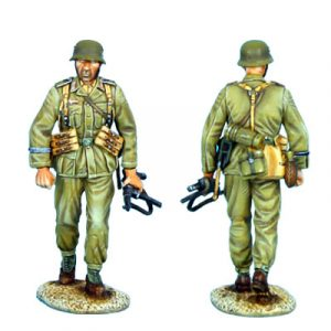 DAK009 DAS DEUTSCHE AFRIKA KORPS INFANTRY WALKING WITH MP40