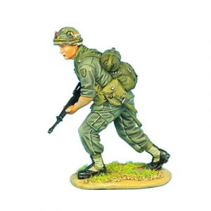 VN004 US 25th INFANTRY ADVANCING WITH M-16
