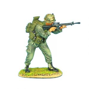 VN005 US 25th INFANTRY STANDING FIRING M-16
