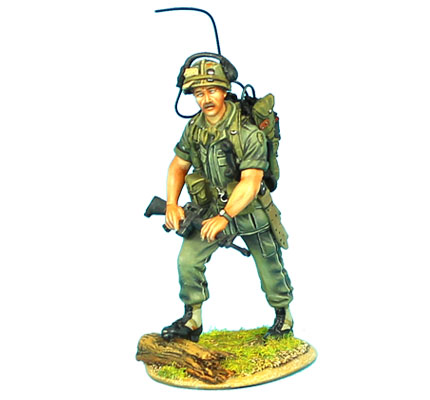 VN007 US 25th INFANTRY RADIO OPERATOR WITH M-16