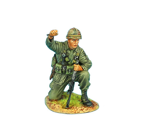 VN020 US 25th INFANTRY DIVISION NCO DIRECTING FIRE WITH CAR-15