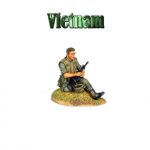 VN022 US 25th INFANTRY DIVISION SITTING LOADING CARTRIDGE