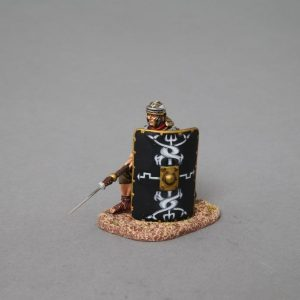 ROM014B KNEELING LEGIONNAIRE WITH PILUM LOWERED